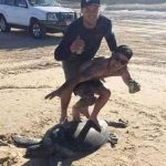 【画像】ウミガメの上に乗りサーフィンポーズで記念撮影したバカなDQN2人の末路wwwww