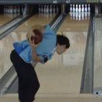 【朗報】ボウリングの「両手投げ」が話題に!ピンを倒す力が15~20%アップするらしいぞwwwwww