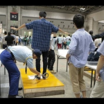 【画像】AKB握手会に並ぶヲタの身体チェックが凄すぎるwwwwwwww
