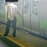 【悲報】男さん、目の前の電車が発車しようとしたことにブチギレwwwww