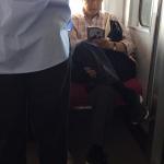 【画像】女「前に女の子が立ってるのに優先席に平然と脚を組んでる座ジイさん」パシャッ