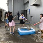 【悲報】16期の子どもたちをビショビショに濡らして大人たちが喜ぶ