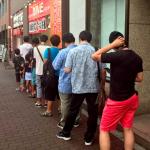 【画像】100円で「1キロ弁当」を販売したキッチンDIVEに乞食が大行列!!