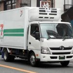 【悲報】セブンイレブン配送トラック運転手が過労死、「運転しながら食事」が決め手・・・・