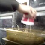【閲覧注意】海外のケンタッキーで「腐敗した肉」を再利用したという謎動画が流出!500万回再生される