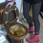 【画像】ルイ・ヴィトン柄の革で覆われた金のトイレが発売!! → その値段wwwwww