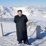 【画像】金正恩さん、標高2750m大雪の白頭山を革靴とスーツで楽々登頂に成功wwwwwwww