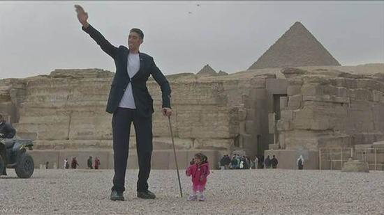 【画像】世界一身長が高い男性と低い女性がエジプトを訪問した結果wwwww