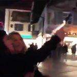 【動画】女さんがロケット花火を持って点火した結果wwww 大惨事にwwww
