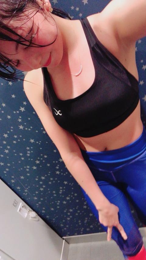 元HKT岡田栞奈、ちやほやして欲しくてワキ見せスケベ画像をツイート