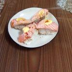 【画像】(ヽ´ん`) 「ほいよ 炙っちまえば加熱用サーモンでもうんめぇ寿司に様変わり」