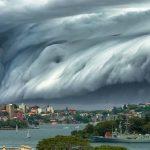 【画像】珍しい形をしてる巨大な雲の画像を集めてみた。