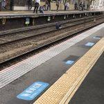 【画像】生活保護を断られた男性、線路で座り込んでしまうwwwwwwww