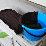 【画像】エアコンの室外機をバケツに入れた水とタオルで冷やすアイデアが、Twitterで話題にwwwww