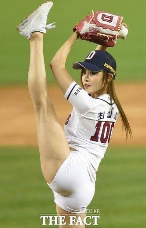 【画像】韓国の始球式セクシーすぎwwwwwwwwwwww