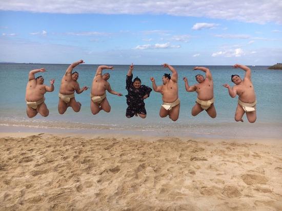 【画像】お相撲さんがみんなで海に来た写真がかわいくてワロタwwww