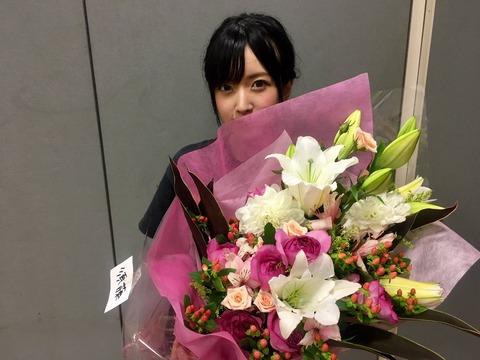 【朗報】須藤、結婚祝いの花束を贈られるwwwwwww