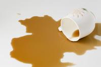 【悲報】無職さん(45)、コンビニで買ったコーヒーを自分でこぼした後とんでもないことをする・・・