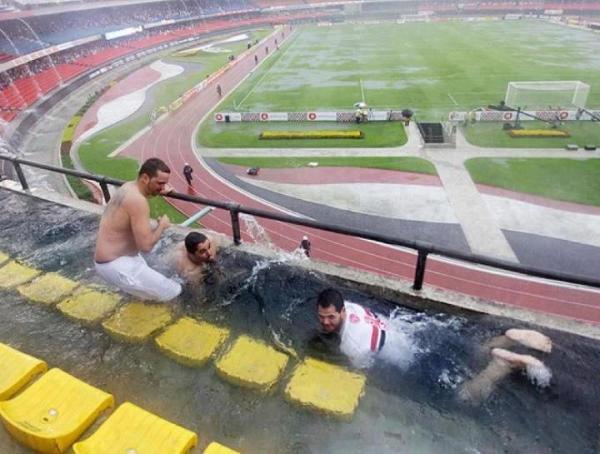 ブラジル人「せっかくスタジアム来たのに、雨降ってきたやんけ・・・・・・せや!」